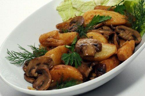 Молодой картофель жареный с грибами