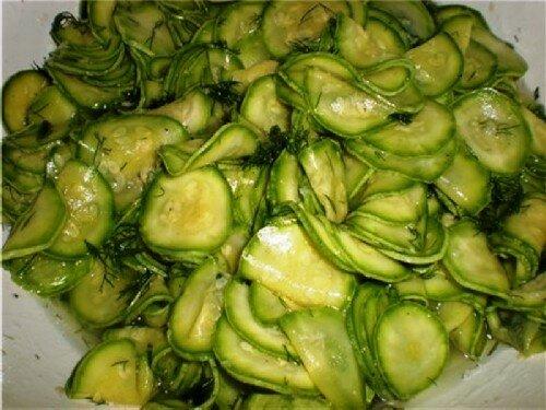 Салат из кабачков и огурцов с сельдереем 2