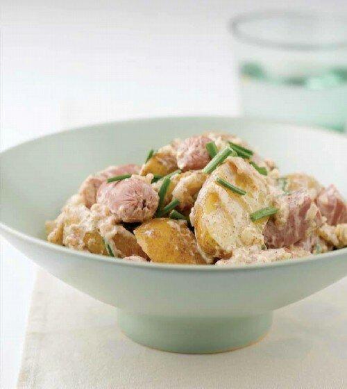 Теплый картофельный салат с колбасой